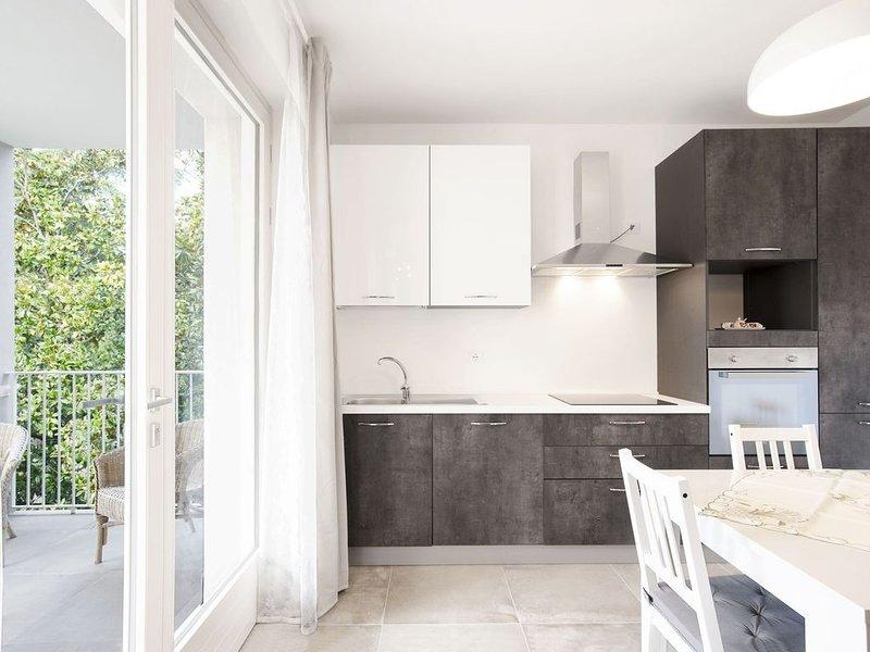"""Modernes Apartment """"Dama 1"""" am Gardasee mit WLAN und Terrasse; Parkplatz vorhand, holiday rental in Bardolino"""