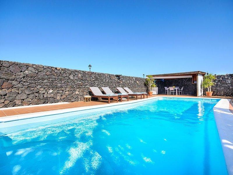 Idyllische Villa mit Pool, unglaublicher Terrasse, Garten, Vulkanblick, WLAN und, holiday rental in Tahiche