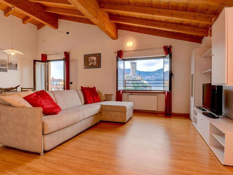 Moderne Ferienwohnung mit WLAN, Klimaanlage, Pool, Seeblick und Garten; Parkplät, alquiler de vacaciones en Malcesine