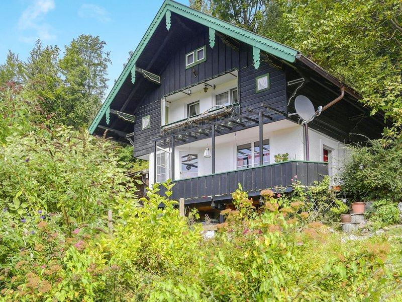 """Gemütliches Ferienhaus """"Mei Ruah"""" mit Bergblick, Terrasse, Garten und Balkon; WL, holiday rental in Ruhpolding"""