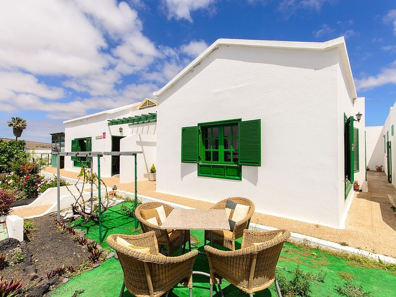 Haus in zentraler Lage mit Gemüsegarten, Terrasse, Bergblick & WLAN, holiday rental in Tiagua