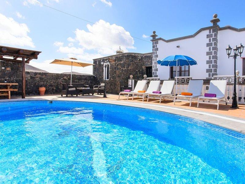 Geräumige Villa Las Calderetas mit Bergblick, WLAN, Terrasse und Pool; Parkplätz, holiday rental in Tajaste
