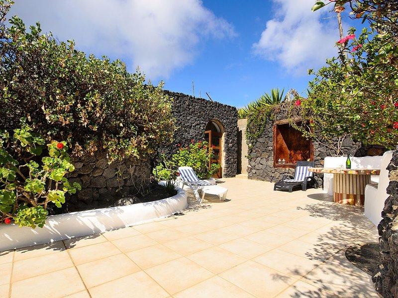 Rustikales Haus in schöner Lage mit WLAN, Terrasse & Garten; Haustiere erlaubt, alquiler de vacaciones en Caleta de Sebo