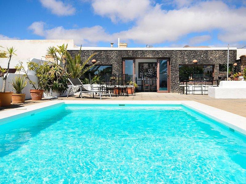 Rustikales Ferienhaus nur eine kurze Fahrt vom Strand mit Pool, Terrassen, Garte, alquiler vacacional en Playa Honda