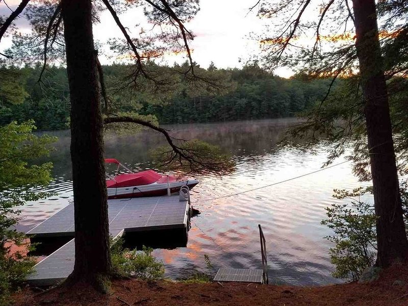 Loon Lodge - Picturesque Lakefront Property, location de vacances à Meredith