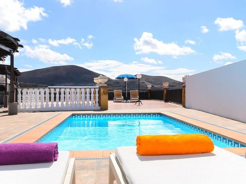 Villa Titán in der Nähe des Nationalparks mit Pool, Terrasse, Bergblick und WLAN, holiday rental in Tajaste