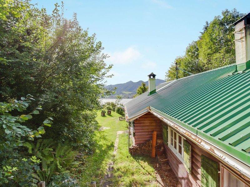 Romantisches Chalet mit Garten, Grill und Fernseher; Parkplätze vorhanden, Haust, alquiler de vacaciones en Bad Heilbrunn