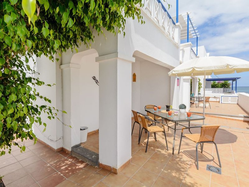 Charmantes Apartment in Strandnähe mit Terrasse, WLAN & traumhaftem Ausblick, holiday rental in Arrieta