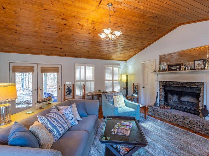 Serene Secluded Riverfront Cottage, alquiler de vacaciones en Mineral Bluff