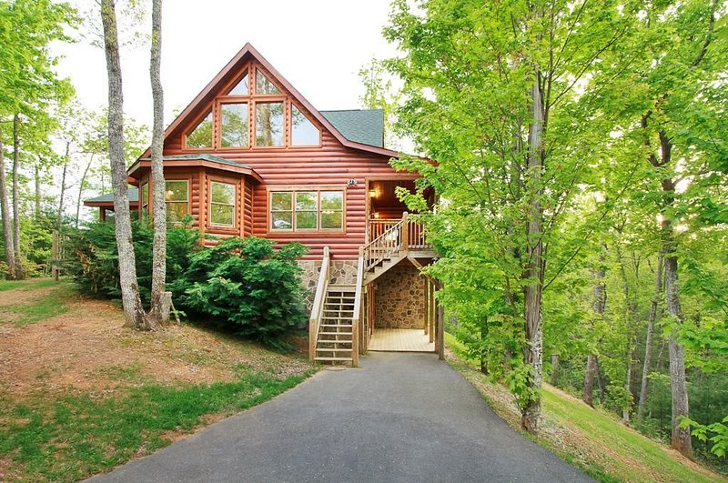 PRIVACY, VIEWS, AND WILDLIFE AT THIS MASSIVE LUXURY LOG HOME IN THE MOUNTAINS, aluguéis de temporada em Cosby