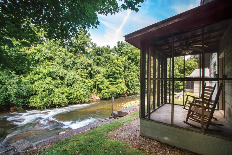 Right Next to Creek - Waterfall - Screened In Porch - Jacuzzi Tub, aluguéis de temporada em Cosby