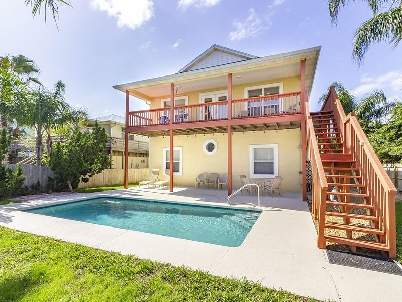 Ocean View Pool Home ~ Great Location ~ Steps to the Beach!, location de vacances à Crescent Beach