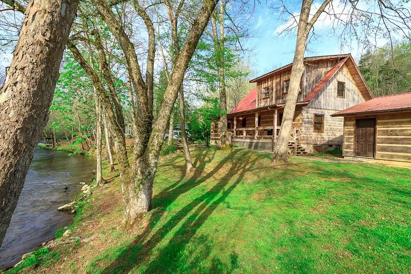 LUXURY FAMILY CABIN - TROUT STREAM - FISHING ON PROPERTY - PRIVACY, aluguéis de temporada em Cosby