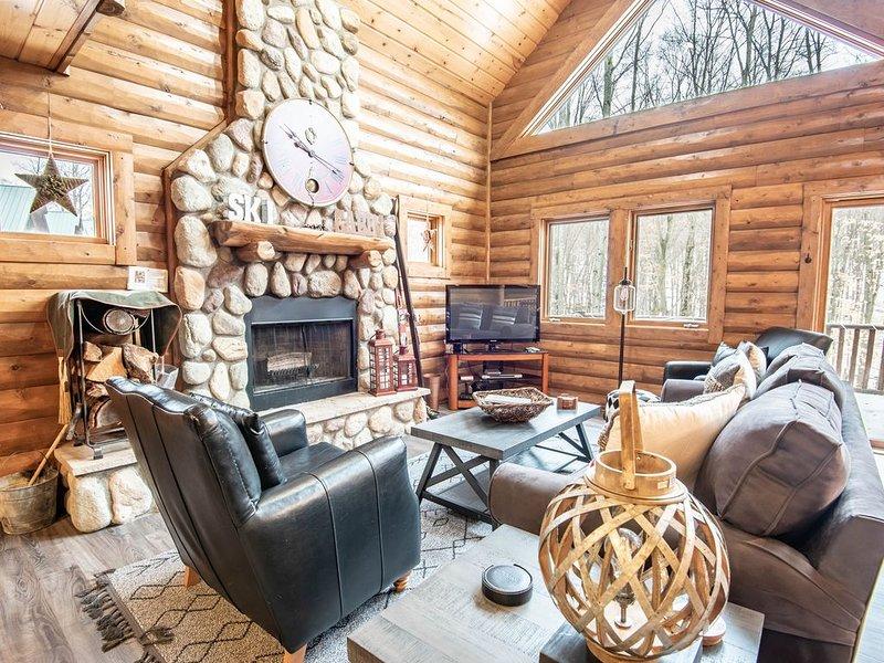 4BR Mountain Cabin - Skiers Paradise, Slope Side, Sleeps 13, location de vacances à Boyne Falls