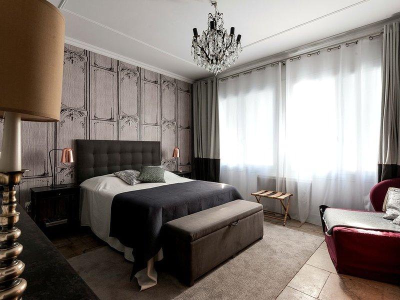 Aigues Mortes, cœur des remparts appart ancien rénové avec terrasse, vacation rental in Aigues-Mortes