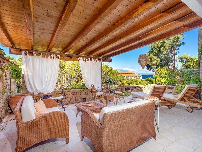 Elegantes Apartment nur wenige Minuten vom Strand entfernt mit Meerblick und pri, vacation rental in Baia Sardinia