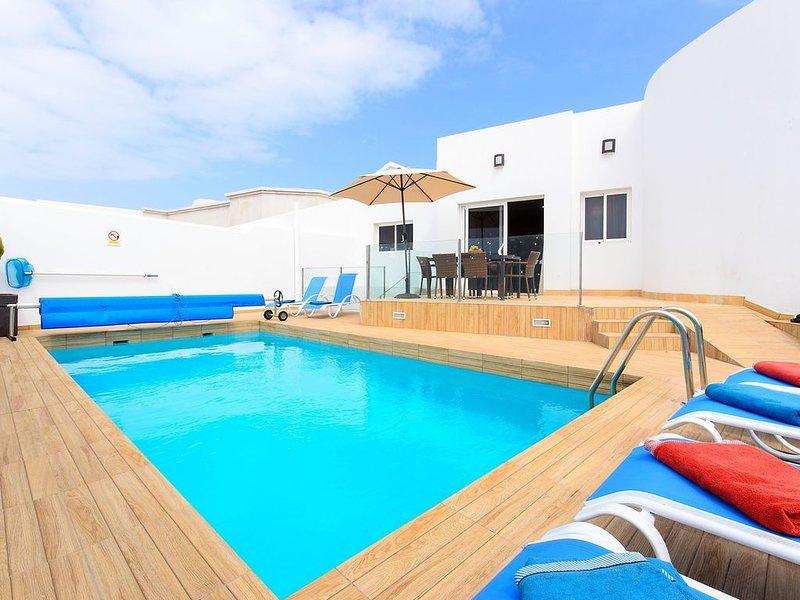 Moderne Villa Xana in Strandnähe mit Pool, großer Terrasse, Klimaanlage und WLAN, location de vacances à Yaiza