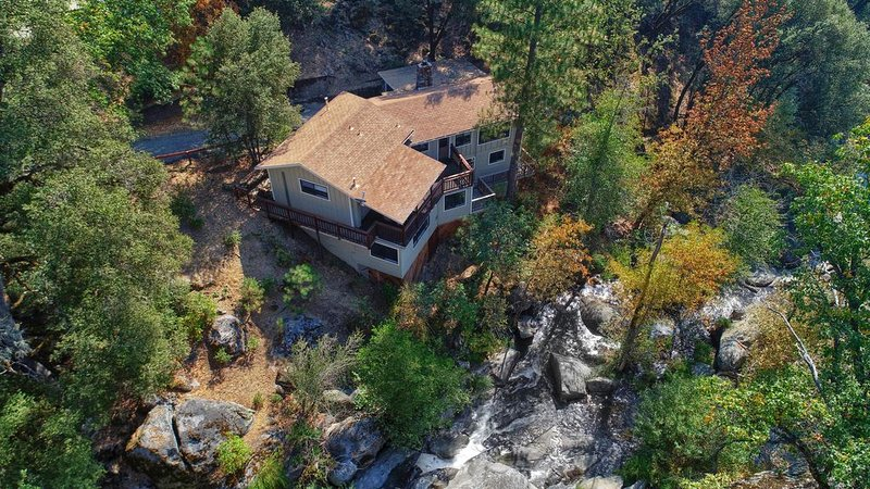 Romantic Hideaway on Lewis Creek Just 12 Miles from Yosemite/Mariposa Grove, holiday rental in Oakhurst