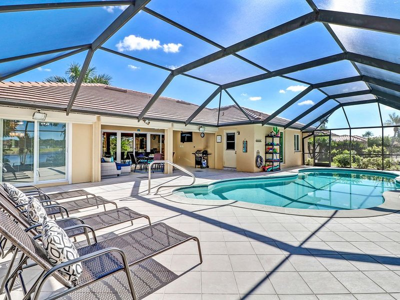 Beautiful Lakeview Home, Heated pool, minutes to Best Beaches, Great Location, alquiler de vacaciones en Bonita Springs