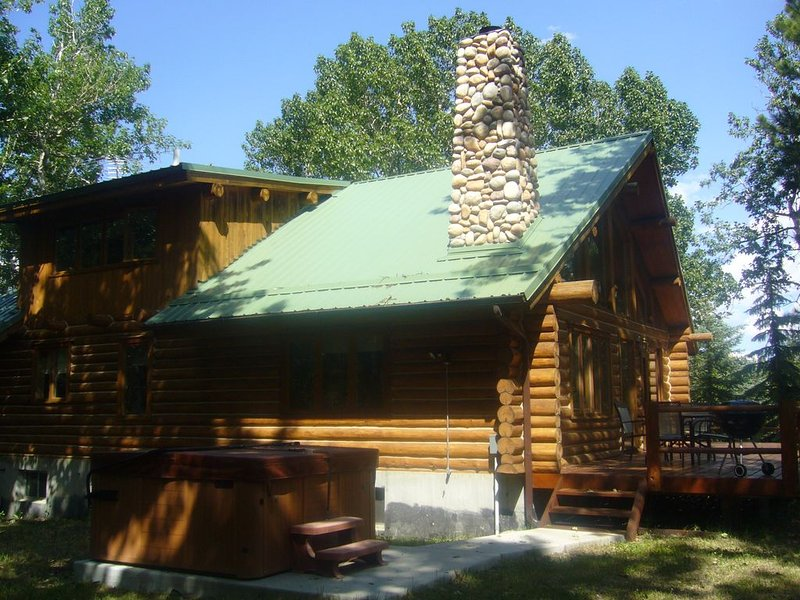 Log Cabin in the Woods Hot Tub and Easy Access to Red Lodge, holiday rental in Red Lodge