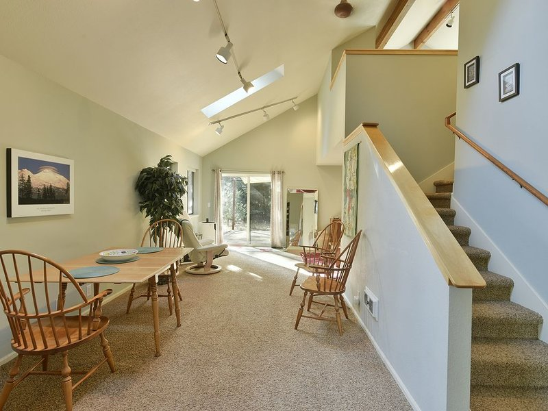 Private Getaway on Beautiful Wooded 2 Acres w/Hot Tub; Modern Home Close to Town, vacation rental in McCloud