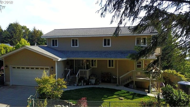 Updated Family & Pet Friendly home. Amazing Views! Close to Beaches & Trails!, vacation rental in Brookings