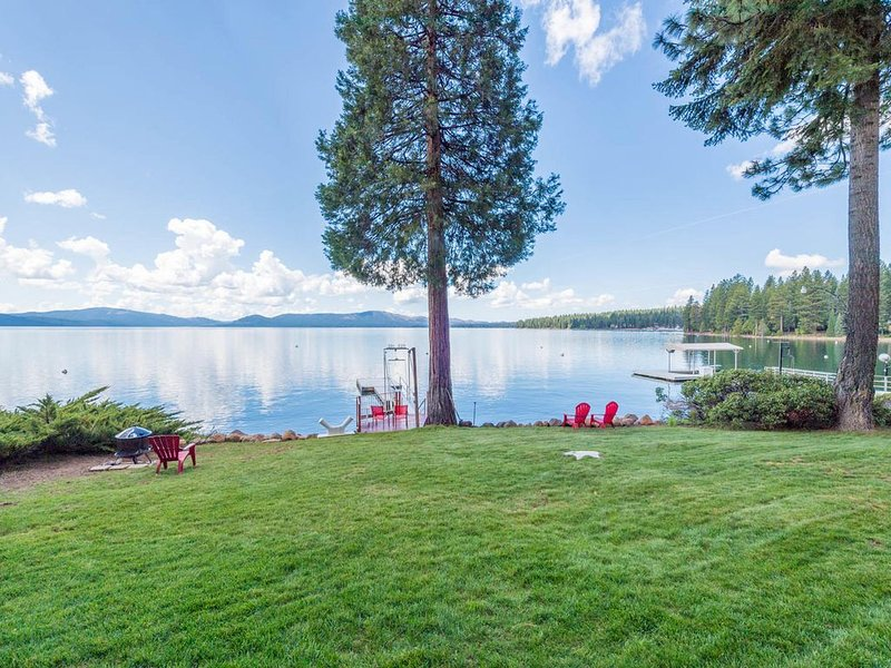 Red Roof Lakefront Cabin w/ private dock, holiday rental in Lake Almanor Peninsula