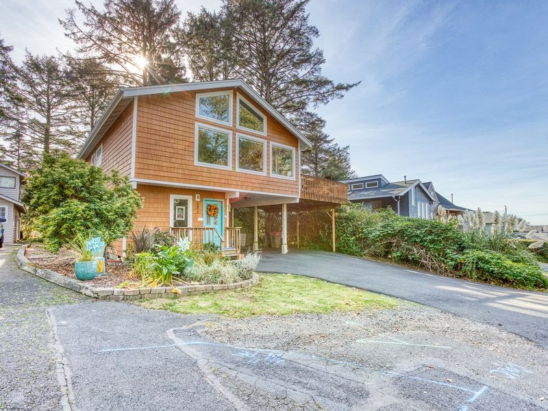 Modern & spacious home w/ deck and private gas grill - easy walk to the beach!, aluguéis de temporada em Cannon Beach