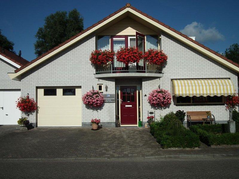 Appartement met slaapkamer en aparte zitkamer, holiday rental in Zierikzee