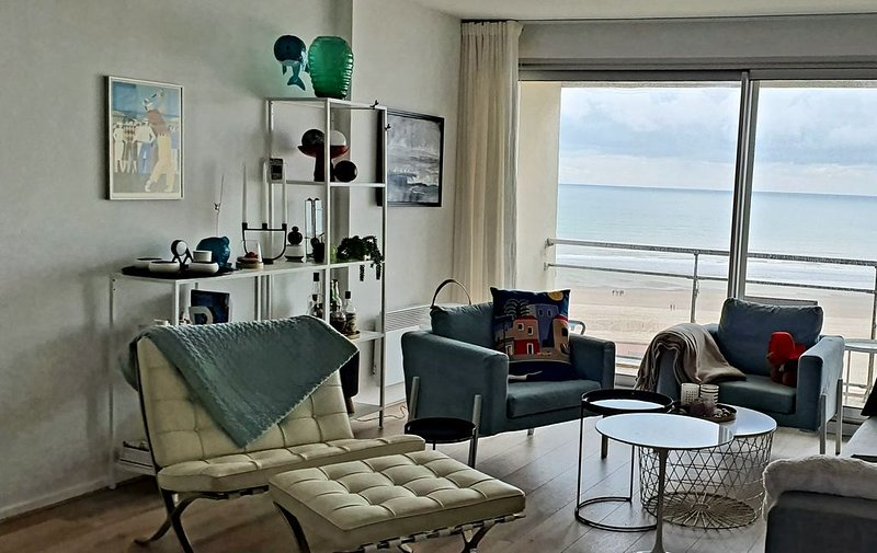 Superbe vue mer! Appartement T2 traversant à 2 pas de la rue St. Jean, vacation rental in Pas-de-Calais