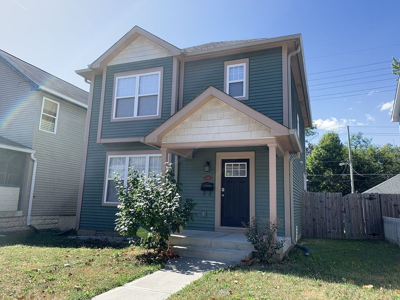 NEW LISTING, Sleeps10!  See our reviews on Air BnB: 4.9 AVG 10 min to the circle, vacation rental in Speedway