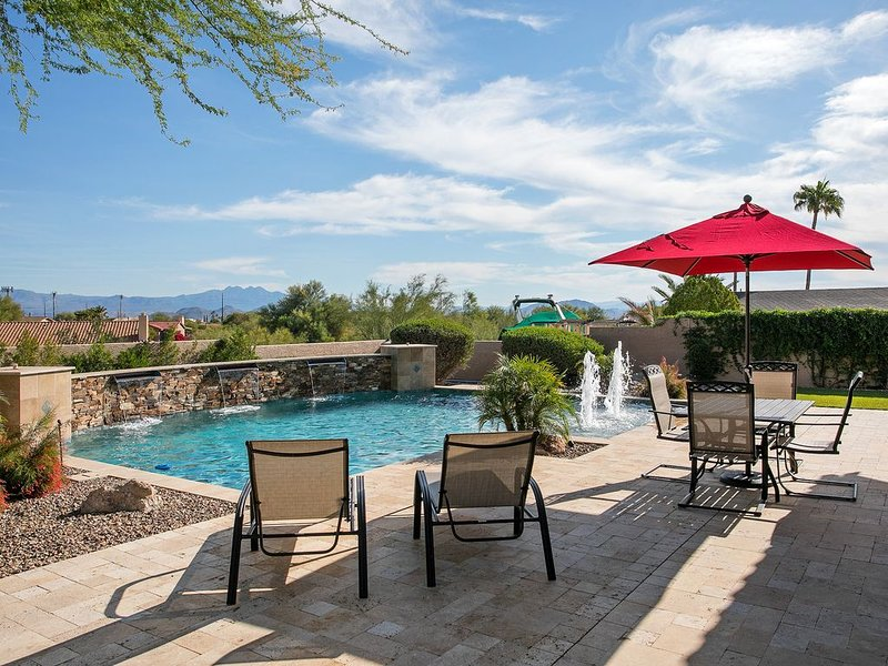 Relax Pool side with a view of Four Peaks, alquiler de vacaciones en Fountain Hills