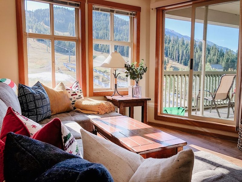 Renovated Top Floor 2Bed-2Bath Ski In/Out Condo beside main chair lift, location de vacances à Panorama