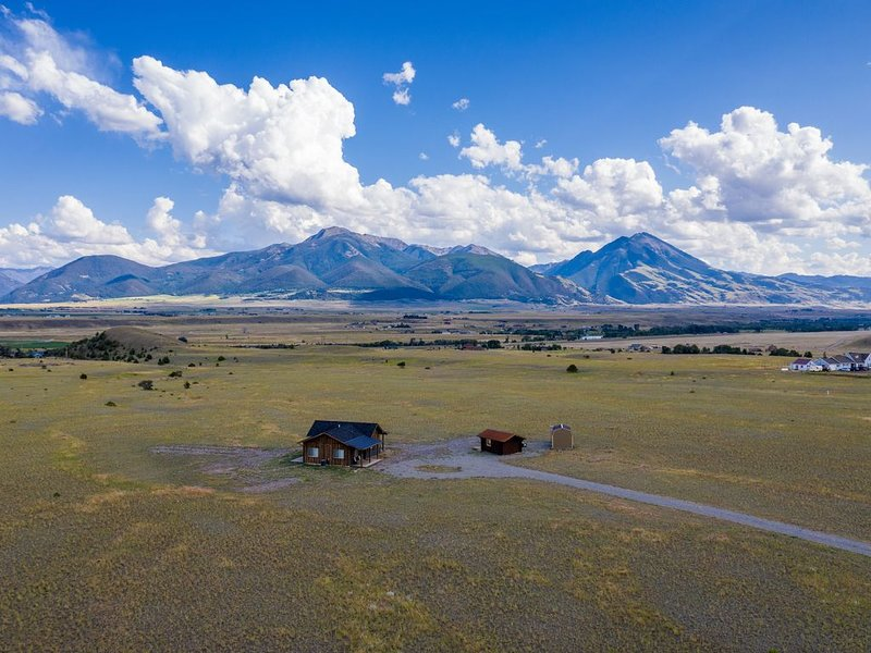 New House on 20 acres with captivating views close to Yellowstone National Park!, location de vacances à Prier