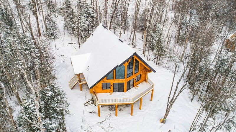 LES GRANDS BOIS - BRAND NEW MODERN LOG CABIN NEAR THE SKI RESORT, casa vacanza a Lac Etchemin