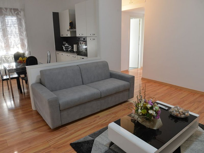 Lilly's house (near beach and airport - shuttle service on request), vacation rental in Focene