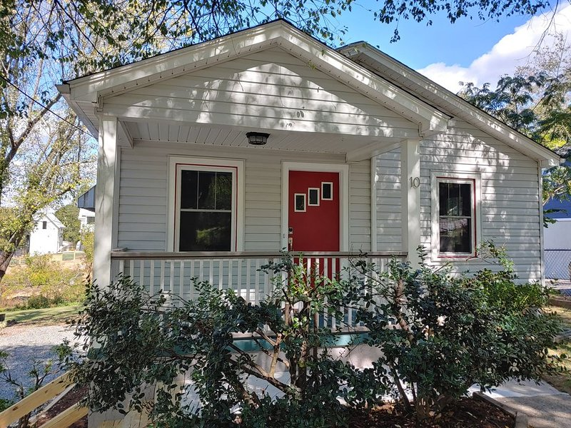Cozy bungalow...walk to downtown Weaverville!, holiday rental in Weaverville
