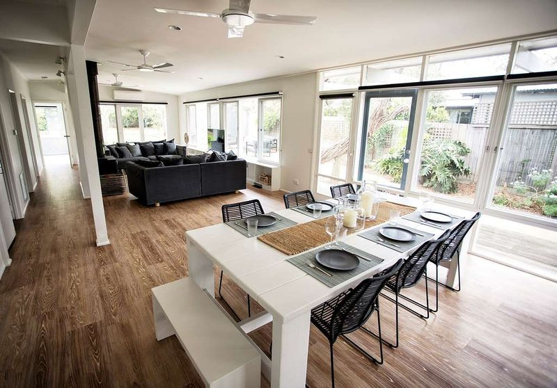 LONSDALE ON GLANEUSE -REFURBISHED BEACH HOUSE WITHIN BEAUTIFUL COASTAL GARDENS,, casa vacanza a Point Lonsdale