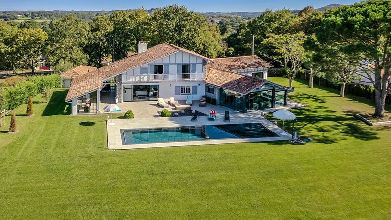 PROMO Villa Bailara-l'élégance Basque pour des vacances de rêve en famille!, alquiler vacacional en Sare