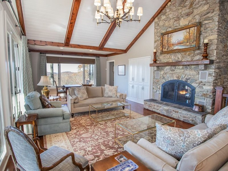 5BR Upscale Home in Yonalossee Community, Views, Hot Tub, King Suites, Club Amen, holiday rental in Boone