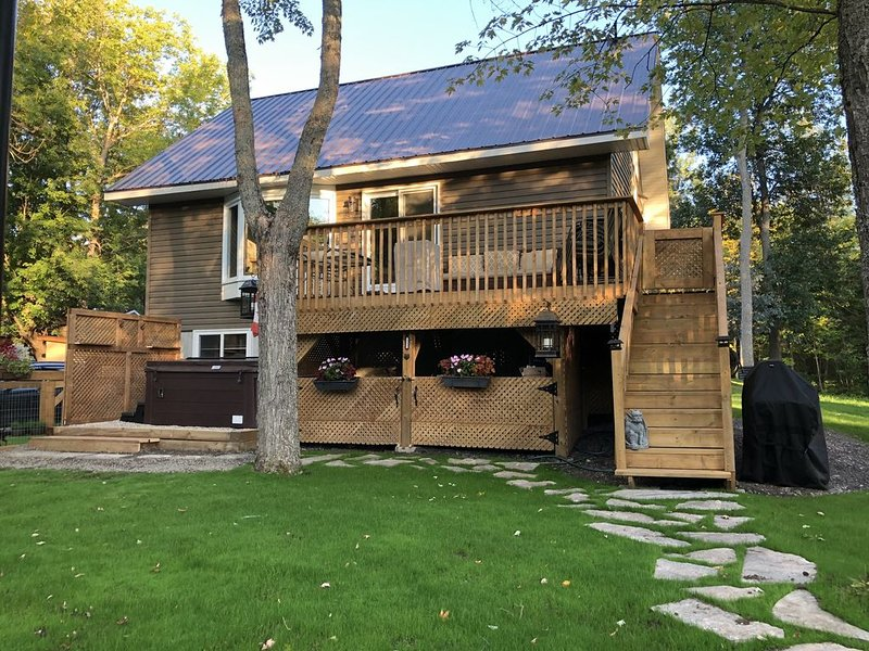 Lake Access, Private Hot Tub, Quiet Spot in Town, holiday rental in North Bay
