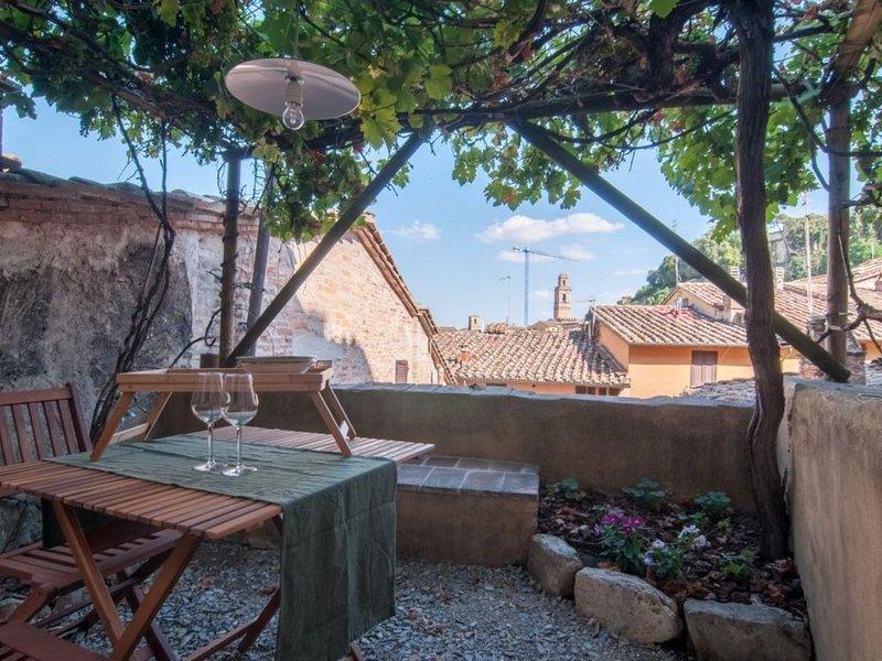 Appartamento con giardino panoramico in Centro Storico, holiday rental in Ponte Valleceppi