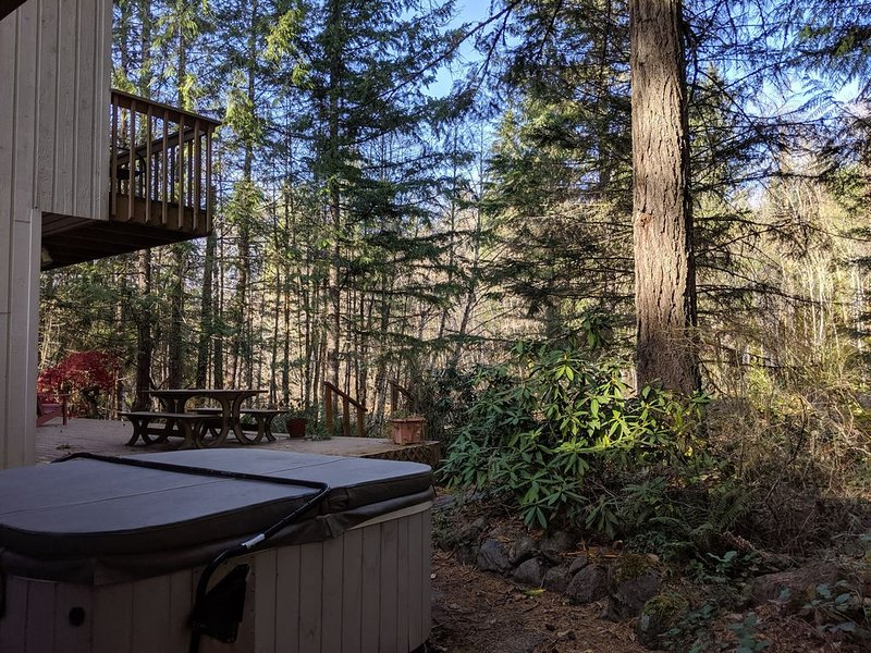 Rivers Edge Retreat - Riverfront, hot tub, woodstove, ski & mountain vacation!, vacation rental in Welches