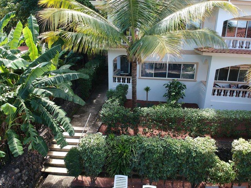Walk Everywhere-First Floor Condo Close to the beach, restaurants, grocery, location de vacances à Playa Hermosa
