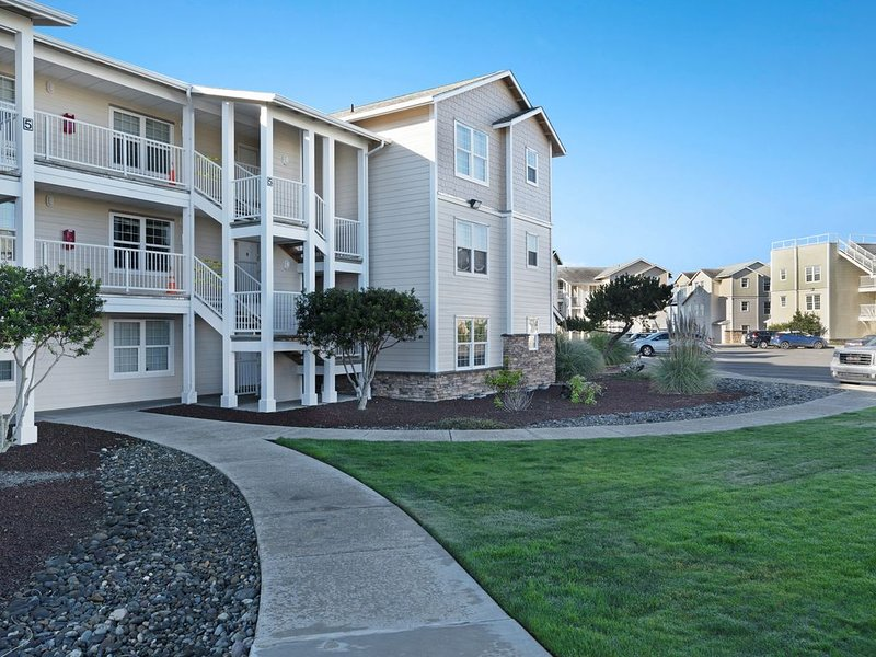 Waterfront condo w/ ocean views, shared pool/hot tub - dogs OK!, holiday rental in Westport