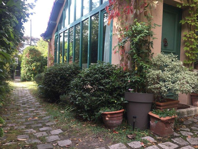Le VESINET-  Paris à 2 pas- PETITE MAISON-ATELIER d'Artiste, charme et verdure., holiday rental in Rueil-Malmaison