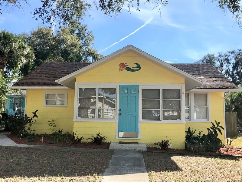 Renovated Cottage! Historical downtown area.  Feb. 7-Apr. 24, 2021 Available!, alquiler de vacaciones en New Port Richey