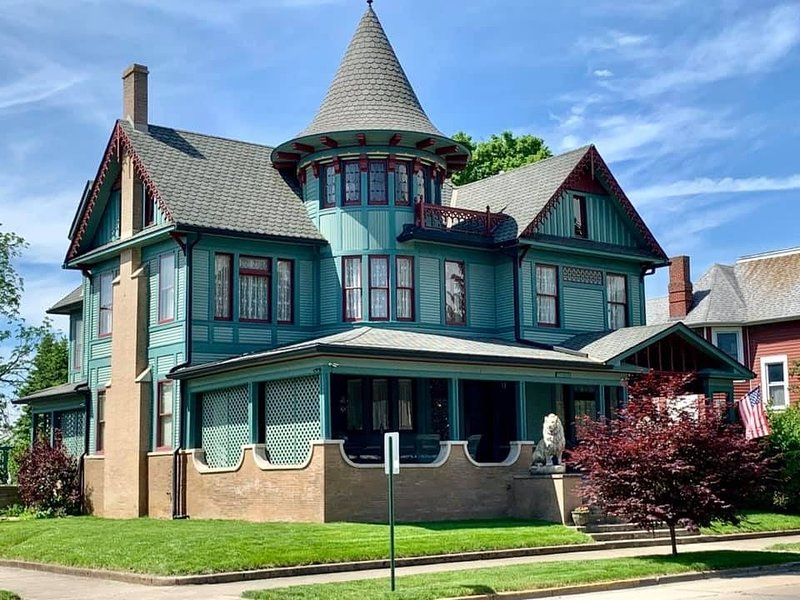 Charles Davis Mansion - Amazing Nationally Recognized Historical Property - 1898, holiday rental in Shelbyville