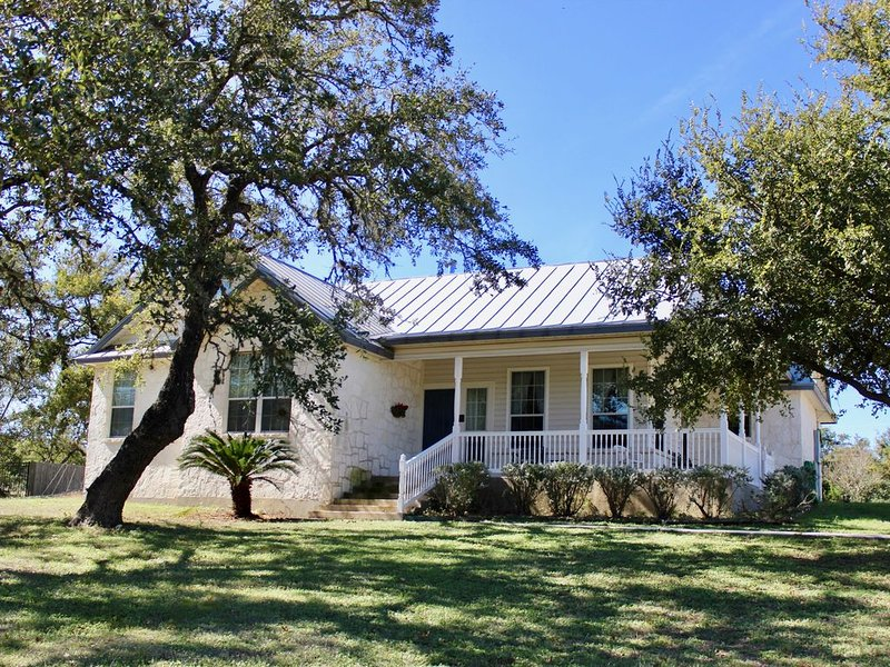 Country home with porch for relaxing in the breeze.  Nearby  family activities., holiday rental in Schertz