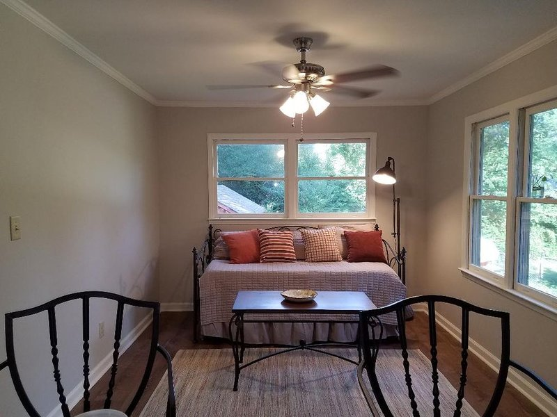 The Little Red House's In-Law suite within walking distance to Duke., location de vacances à Durham
